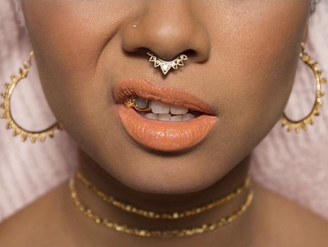 Moi étant une accro à Tumblr , J\u0027ai vu une fille avec un septum piercing et  son bijou était trop magnifique, ça ressemblait énormément à un bijou  indien. je